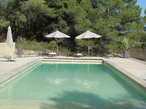 Gite puget dans le vaucluse avec piscine au pied du for Piscine miroir vaucluse